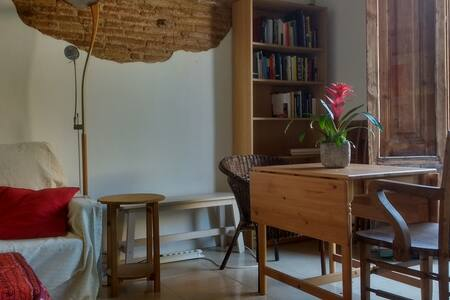 Cute room in rustic flat with big terrace - Barcelona