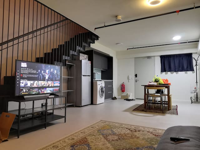 A place u can chill with netflix all day long. SMART TV+MAGIC remote (below) & Sony bravaria Full HD Sony (top floor) & high sound quality Sony SoundBar, making ur life nourish with entertainment. Tea & coffee refreshment for u as well DIY style.