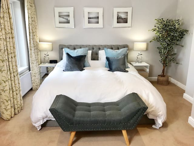 Master bedroom spanning the entire width of the house with an impressive en-suite shower room. Super King luxurious mattress and high quality linens for a good and restful night sleep.