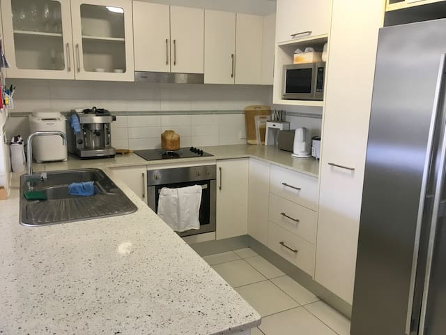 Clean secure bedrooms +pool near beach, Hill & CBD