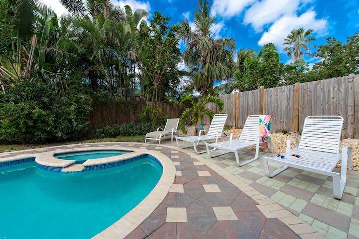Breezy Beachside:  4 Bedrooms / 3 Baths. Walk to Ocean! Heated pool / Hot tub!