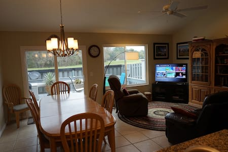 Like NEW: 2/2 Townhome close to UF    Clean, Comfy