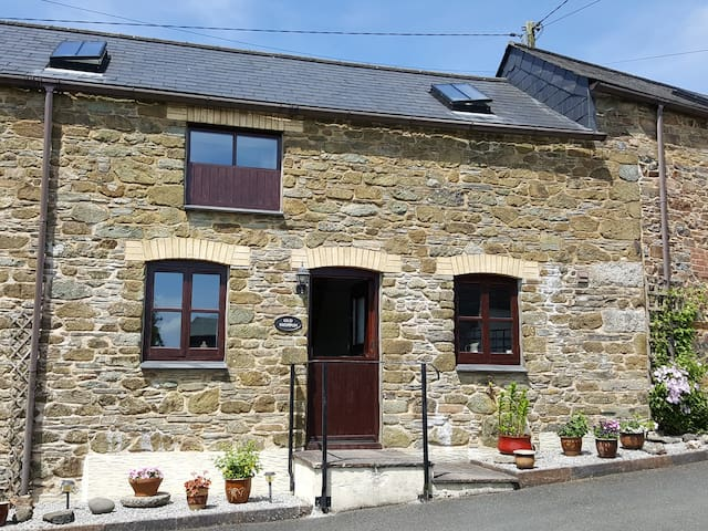 THE SHIPPON, family friendly, with a garden in Polyphant, Ref 18014