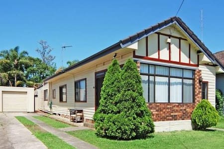Unanderra. Highly convenient and spacious home. - Ev