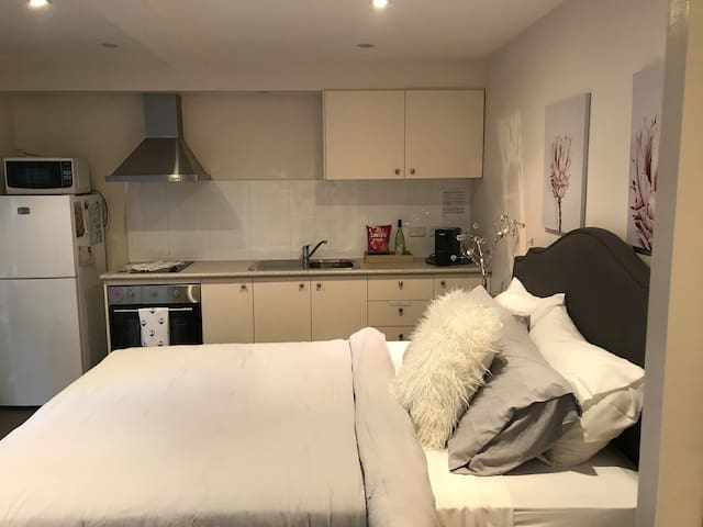 BEACHSIDE STUDIO SOUTH CRONULLA- pet friendly