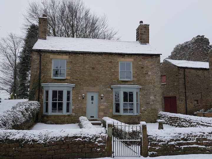Beautiful detached stone cottage with castle views