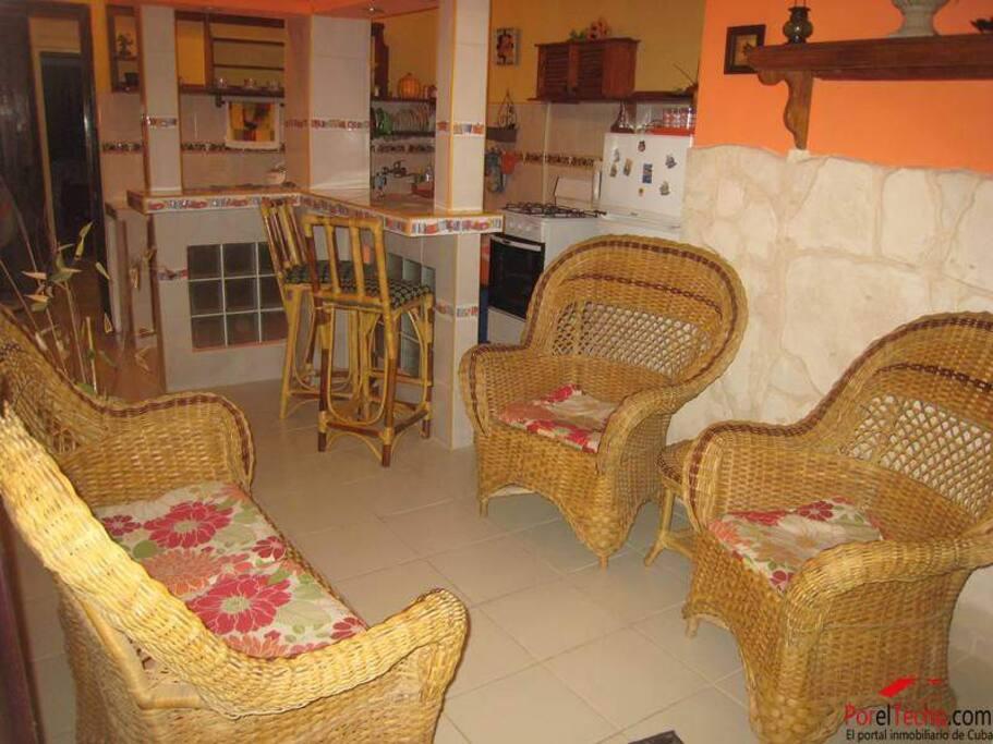 Se renta excelente apartamento independiente situado en La Plaza del Cristo, cercano al casco histórico de la ciudad de La Habana.
