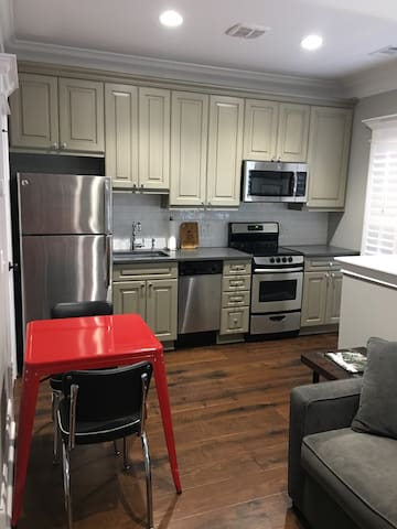 Beautiful 1BR Carriage House close to everything