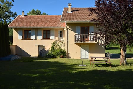 Grand studio en rez-de-chaussée - Saint-Pierre-de-Curtille - Квартира