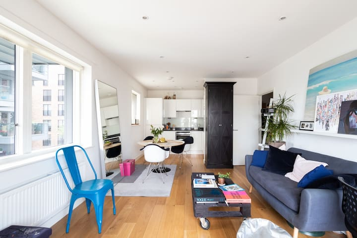 Amazing Cute and Modern 1 bedroom, canal view.