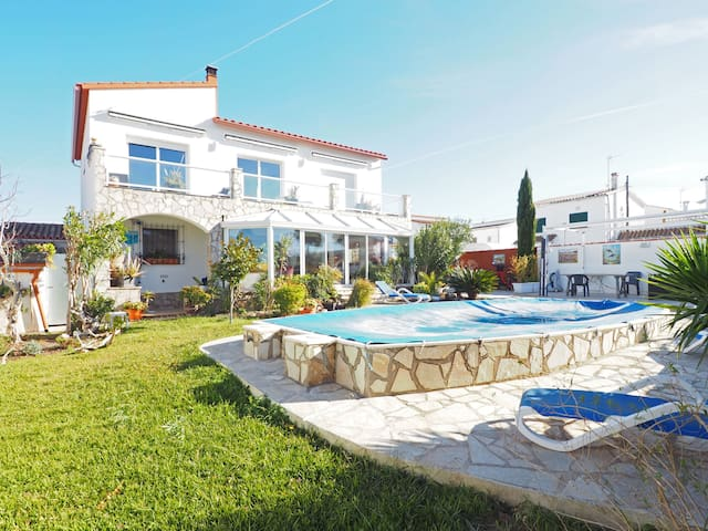 Familiar house with ground floor with private pool and garden with lot of outside spaces.