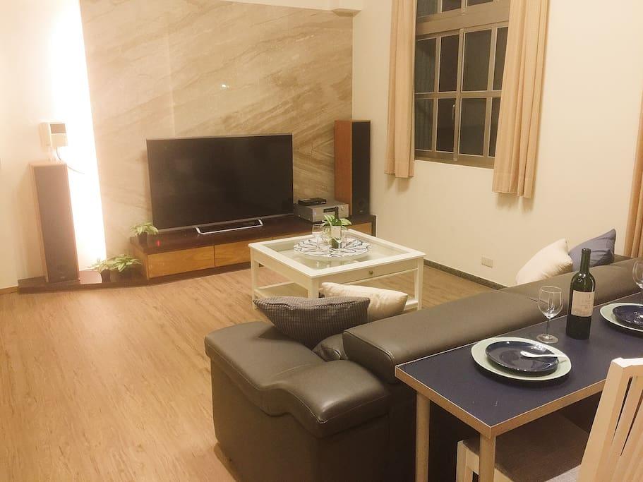 三倆好友可以在沙發後方當吧台一樣喝點小酒,用餐,邊看電視。
