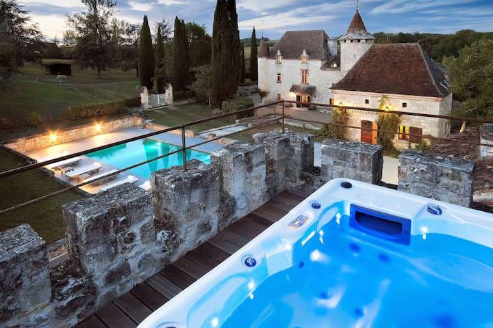 Grand Castle in Saint Caprais de Lerm with Sauna & Jacuzzi