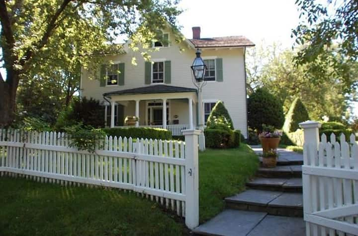 4 Bedroom Historic Home - Minutes to Beach & Town