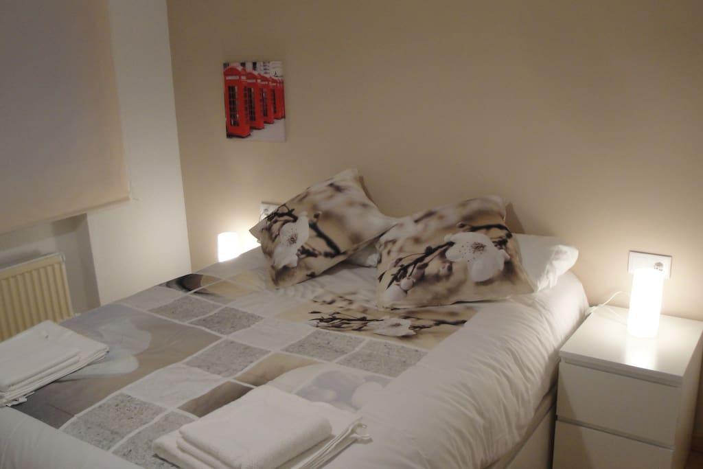 Cama viscoelástica, antiácaros de 150 cm x 190 cm. Cómodas almohadas, para ;) asegurar el confort de nuestros huéspedes. Mesilla de cama con dos cajones, amplio armario con perchero y amplia cómoda de 6 cajones.