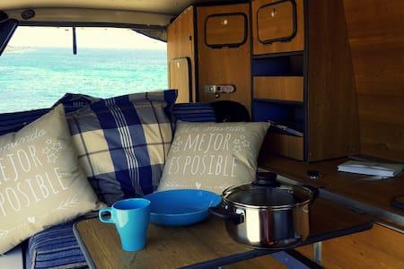 "Rent a van & travel! ""Home is where you park it."" - Urbanización Famara - Wohnwagen/Wohnmobil"