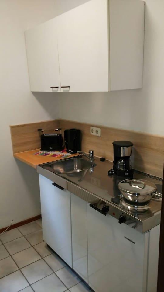 Küche mit Kühlschrank , 2 Plattenherd , Kaffeemaschine , Toaster & Wasserkocher