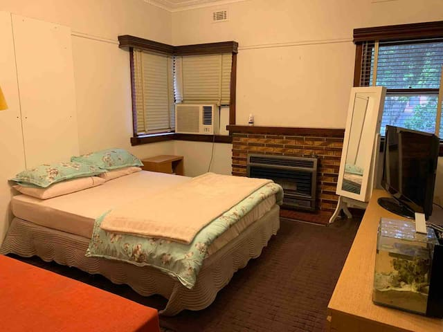 Lovely Room & Clean House.. Close to City n Beach