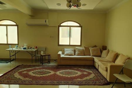 شقة واسعة غرفتين وحمامين ومطبخ وصالة