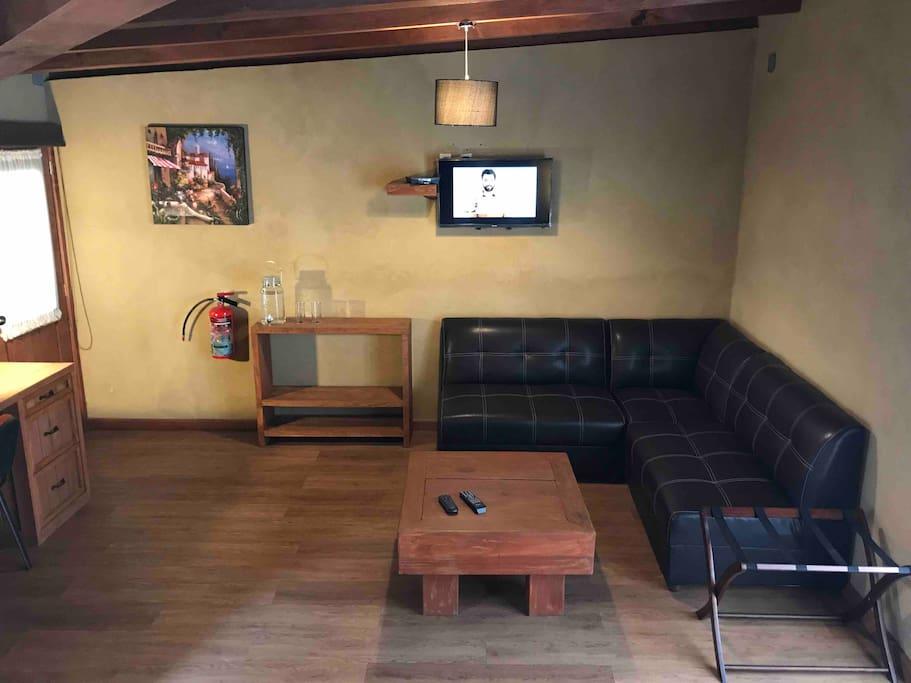 Suite 4  Cuentas con T.V. Por cable, sala, porta maletas