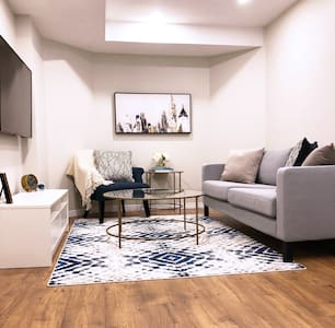 PRIVATE, LUXURY GUEST SUITE – Close to 401