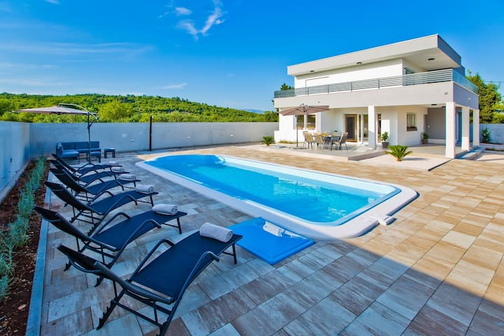 cthv283- Beautiful holiday home with pool on the island of Hvar, 7 persons