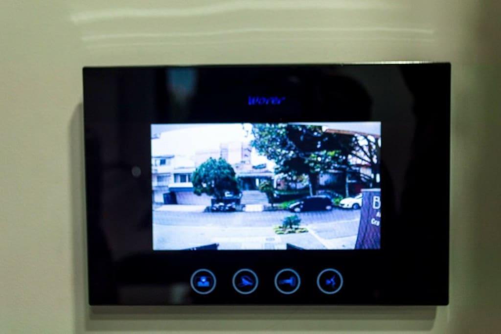 llave electrónica con citofono y cámara externa