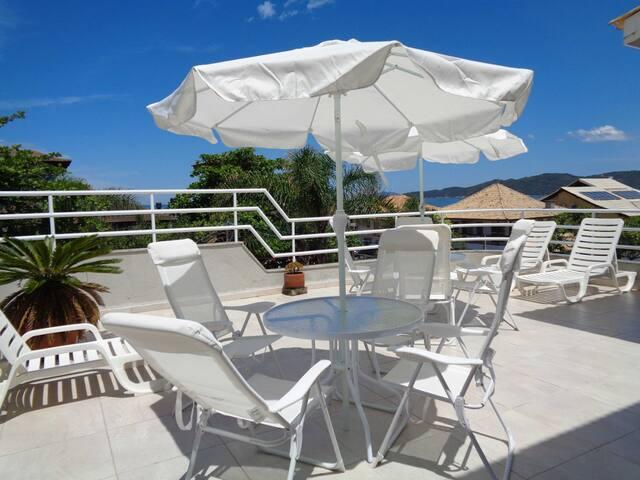 Cobertura duplex com terraço e vista para o mar!