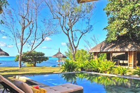 Superbe villa pied dans l'eau avec piscine - Roches Noires