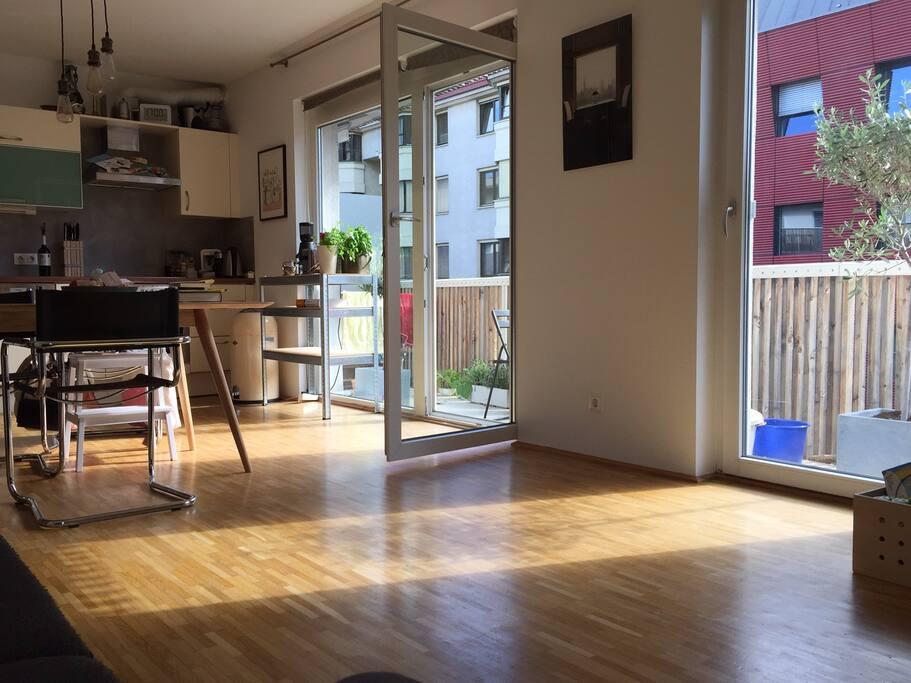Wohnzimmer/Wohnzimmer mit Zugang zu Balkon entlang des Wohnzimmers