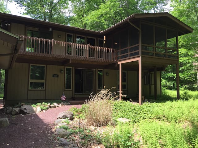 Family Home at Lake Naomi, Pocono Pines PA - Pocono Pines - 통나무집
