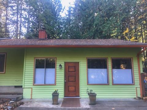 Cozy Northwest Forest Trail Retreat