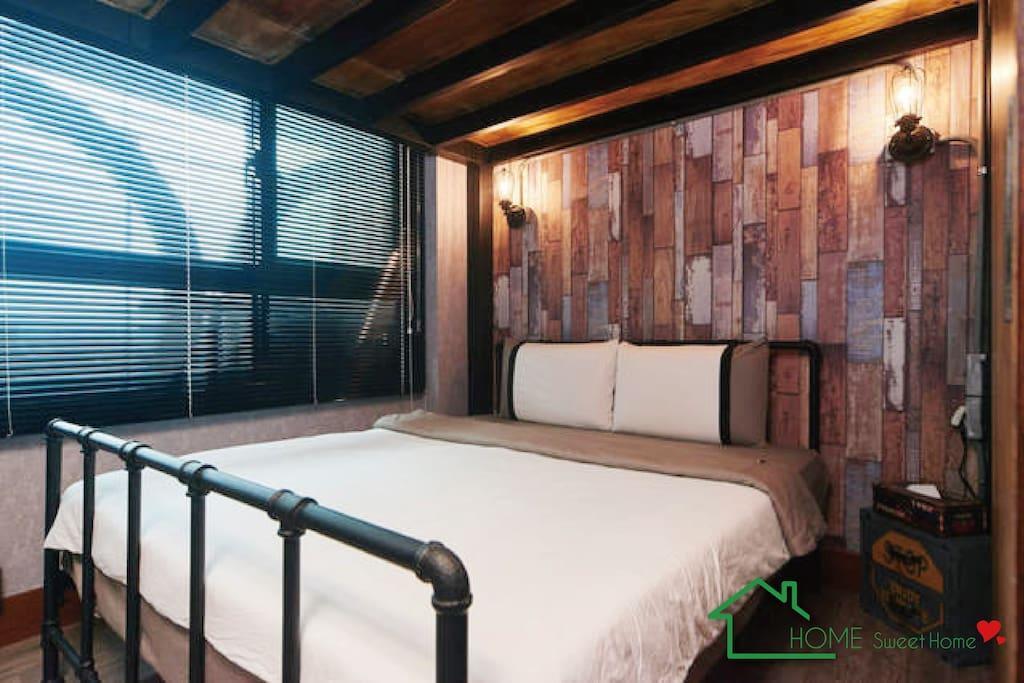 由鐵管組合成的床架!實在是太COOL了!!!超大片的百葉窗!空氣通風!還有景觀喲!