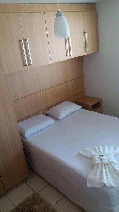 Quarto com ar condicionado,  roupas de cama mesa e banho.