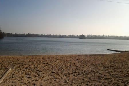 Beau chalet vue sur lac 2 chambres - misy sur yonne - 独立屋