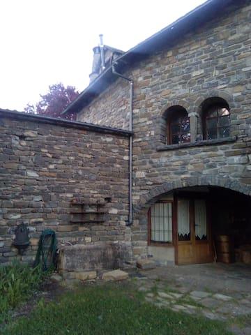 Casa jardin y terraza, tranquila, cerca de Jaca