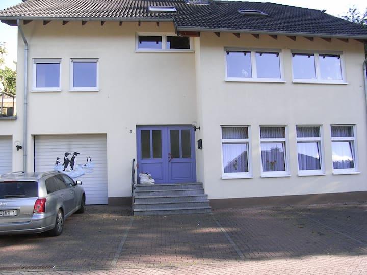 komfortable Dachgeschosswohnung mit Klimaanlage