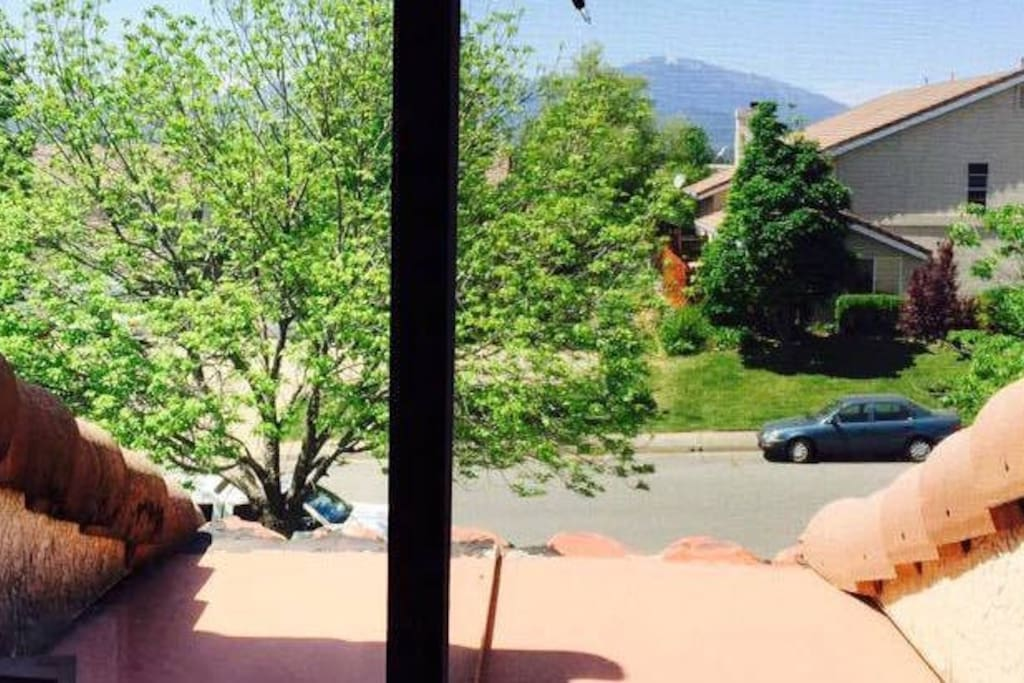 Gorgeous view of the mountains in the day time
