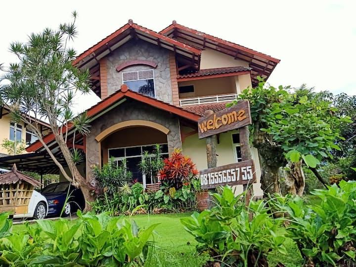 Villa Dedaun | Kota Batu, Malang
