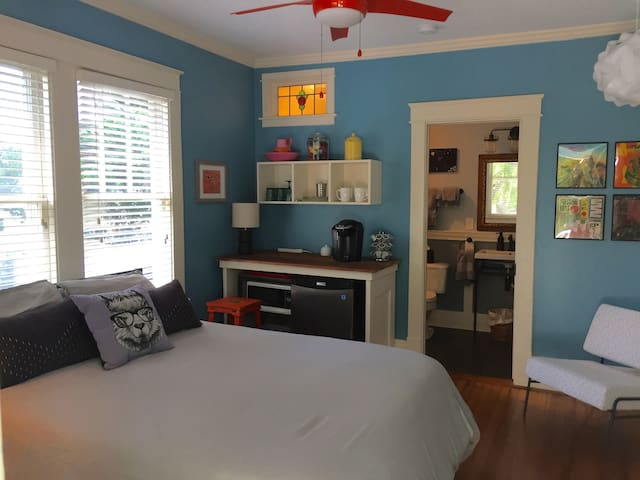 Bed and Bath in Historic Oakwood Downtown!