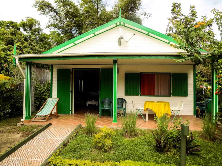 House with one bedroom in Foulpointe Madagascar, with wonderful sea view, enclosed garden and WiFi - 30 m from the beach