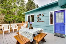 Charming, dog-friendly home w/ private hot tub, deck & bikes - walk to the beach