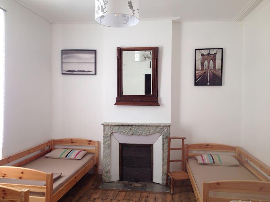 chambre avec 4 lits