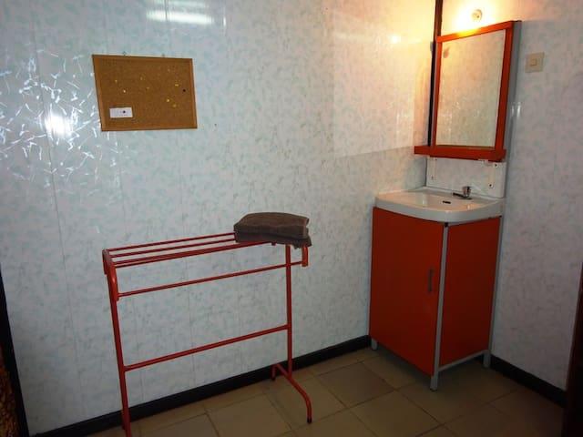 Op je kamer heb je een wastafel en kastje, voor je toiletartikelen.