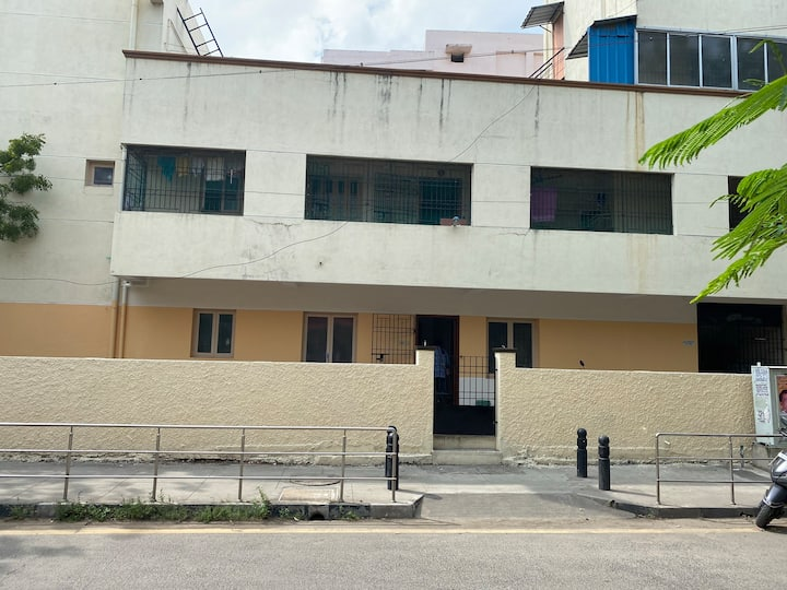 Centrally located Home Stay at TNagar with Parking