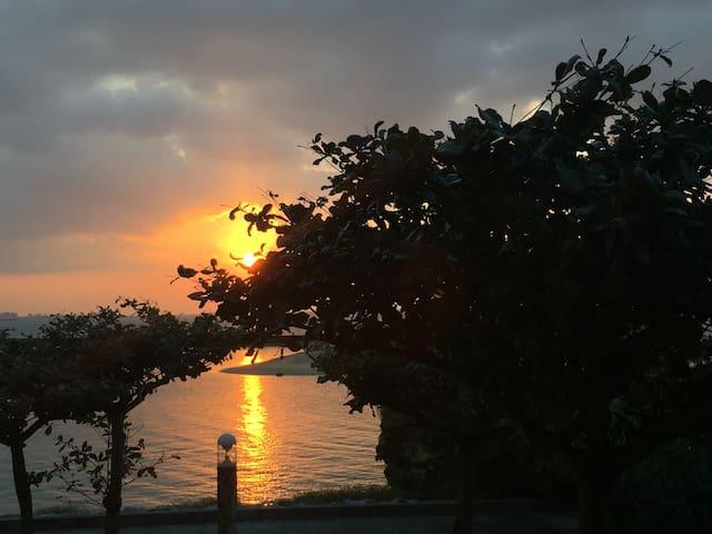 夕陽がとても美しい部屋をベースに、まるでPrivateGardenのようにBeachを散歩しよう。 - Chatan-chō - Leilighet