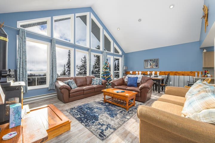Howling Wolf - cozy ski chalet  + private hot tub.
