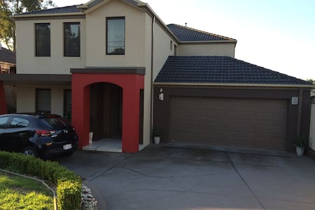 Super modern & clean with bathrm, new bed & desk! - Nunawading - 独立屋