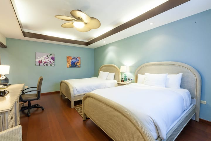 Surfrider Resort Hotel / Standard Twin Queen Beds