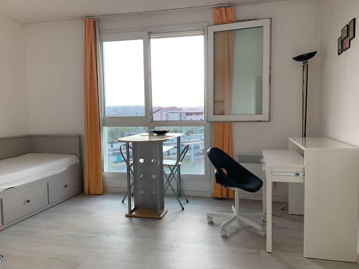 Comfortable Studio gare RUEIL 10min La Défense
